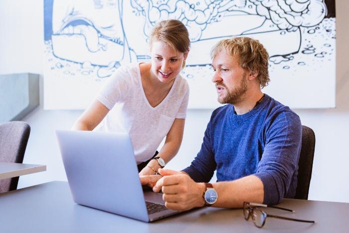 Franz Hammer und Dr. Sarah Siefen von BGM neo am Büroarbeitsplatz